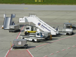 800px-Airport_mobile_stairs_and_vehicles_1