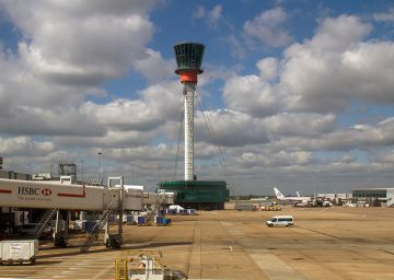 800px-Heathrow_Control_Tower_(6151313288)